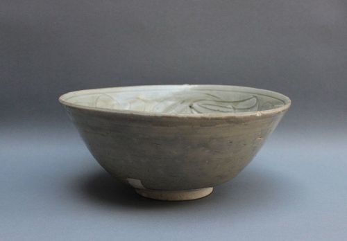 A FUJIAN WARE CELADON BOWL WITH INCISED DESIGN