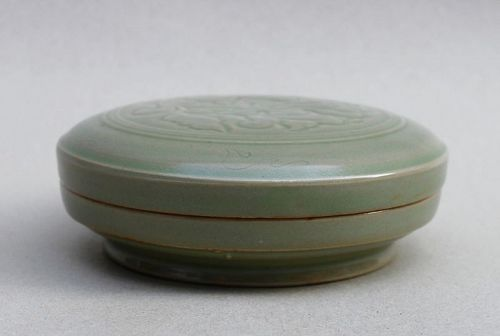 A RARE NORTHERN SONG YUE WARE CELADON COVERED BOX