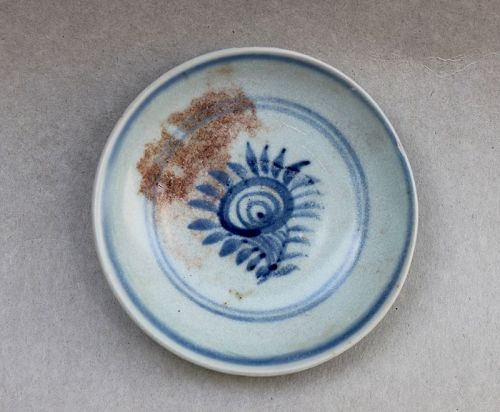 A MING DYNASTY BLUE AND WHITE SAUCER DISH