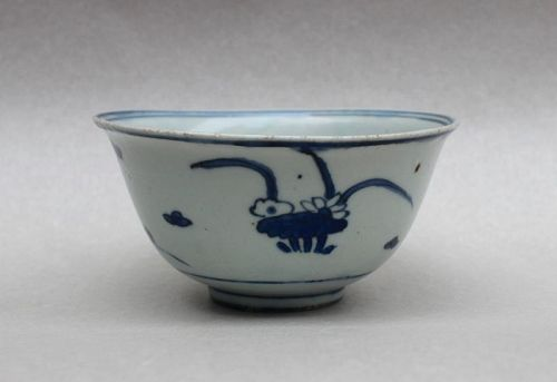 A LATE MING DYNASTY 17th CENTURY B/W SMALL BOWL WITH DUCKS