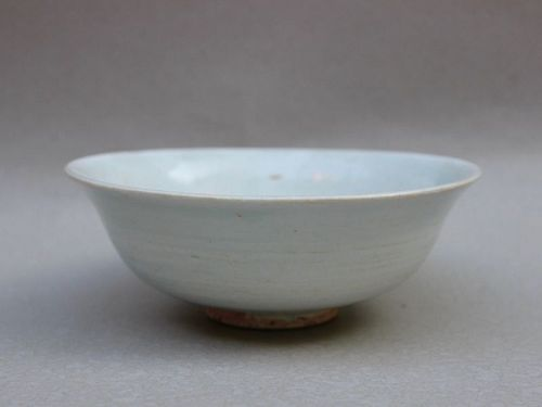 A PLAIN AND ELEGANT WHITE GLAZED BOWL (YUAN DYNASTY 13TH-14TH CENTURY)