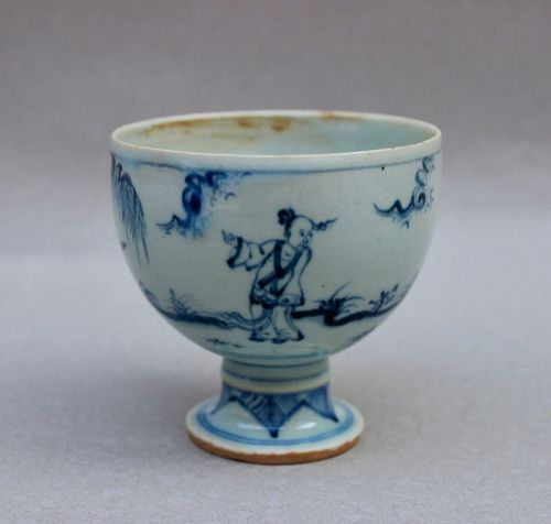 A MING DYNASTY BLUE AND WHITE STEM-CUP WITH FIGURES