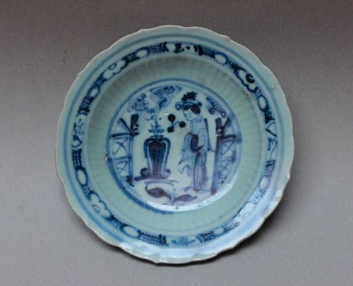 A MING DYNASTY BLUE AND WHITE DISH WITH A LADY FIGURE