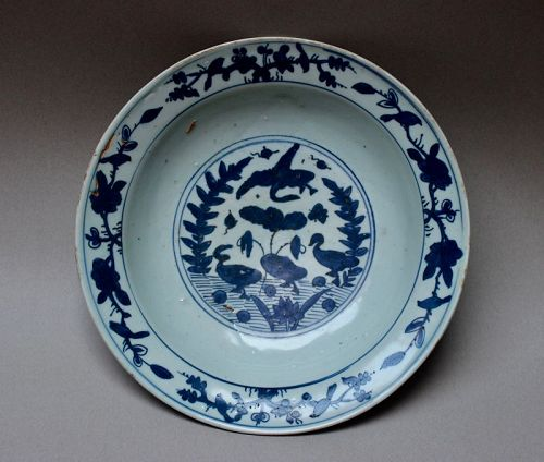 A LATE MING DYNASTY BLUE AND WHITE DISH WITH BIRD AND DUCKS
