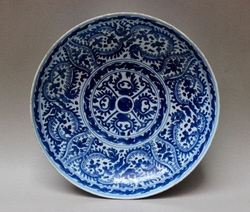 BLUE AND WHITE LARGE DISH (KANGXI PERIOD)
