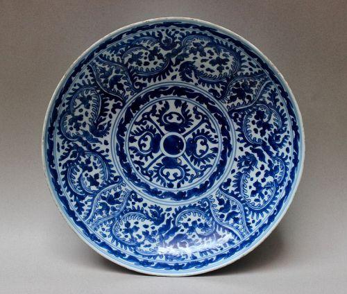 BLUE AND WHITE LARGE DISH (KANGXI PERIOD)
