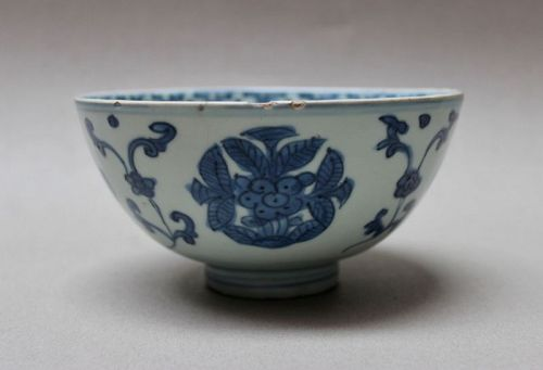 A MING DYNASTY BLUE AND WHITE BOWL WITH FLOWER MEDALLIONS