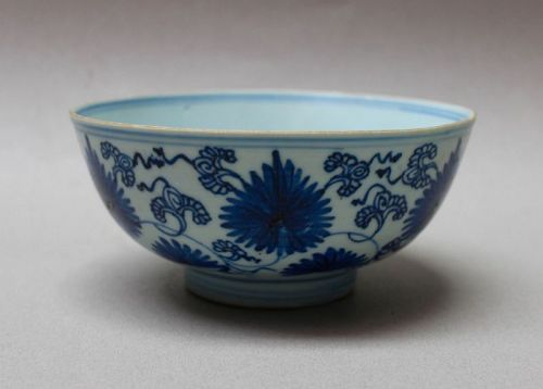QING DYNASTY 18th CENTURY BLUE AND WHITE BOWL WITH ASTER