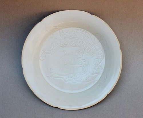 A RARE IVORY WHITE GLAZED DISH WITH CARVED INCISED OF DRAGON