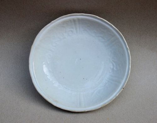 MING DYNASTY WHITE GLAZED KRAAK DISH WITH MOLDED INCISED DESIGN