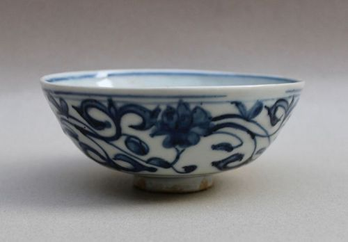 A MING DYNASTY ZHANGZHOU WARE BLUE & WHITE BOWL WITH LOTUS