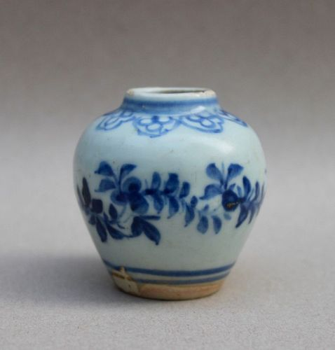 A NICE MING DYNASTY BLUE AND WHITE SMALL JARLET