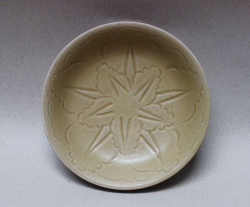 EARLY YUE WARE CELADON DISH WITH DOUBLE FIVE POINTED STAR