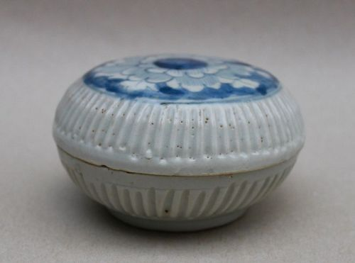 A MING DYNASTY 17th CENTURY BLUE AND WHITE COVERED BOX