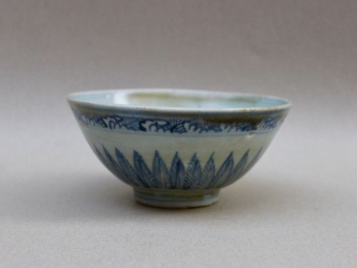 A MING DYNASTY BLUE AND WHITE BOWL WITH LOTUS PETALS