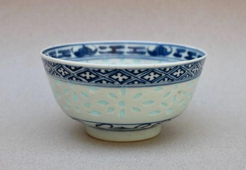 A CHINESE EXPORTED BLUE AND WHITE BOWL WITH RICE GRAINS DECORATION