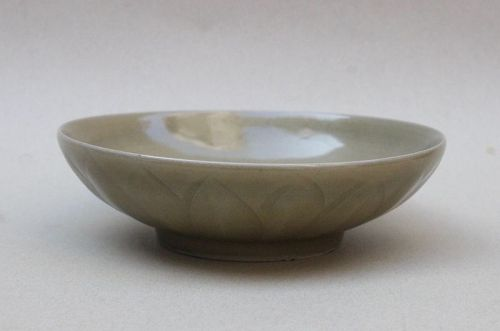 A FINE SOUTHERN SONG DYNASTY CELADON DISH
