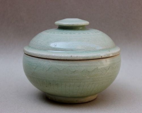 A MING CELADON BOWL & COVER WITH INCISED DESIGN