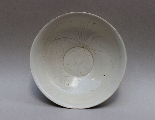 A RARE DINGYAO LARGE BOWL WITH CARVED INCISED LOTUS BLOSSOM
