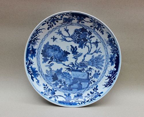 A BlUE AND WHITE LARGE DISH WITH PEACOCKS (KANGXI PERIOD)