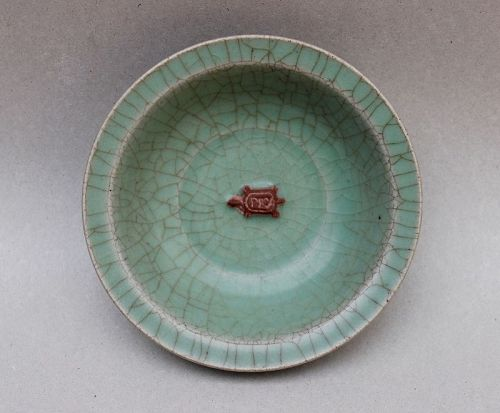 A SOUTHERN SONG LONGQUAN CELADON DISH WITH BISCUIT TURTLE