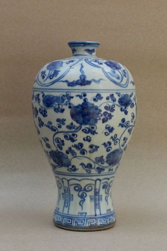 A MING DYNASTY 16th CENTURY BLUE AND WHITE MEIPING