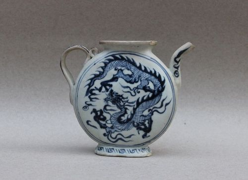 EXTREMELY RARE BLUE AND WHITE FLATTENED EWER WITH DRAGONS