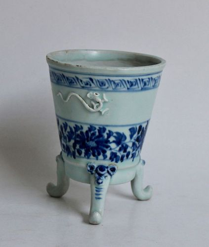A RARE  EXAMPLE BLUE AND WHITE TRIPOD CENSER WITH CHRYSANTHEMUM