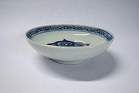 A FINE BLUE & WHITE SAUCER DISH (KANGXI)