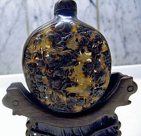 Chinese tortoise shell snuff bottle