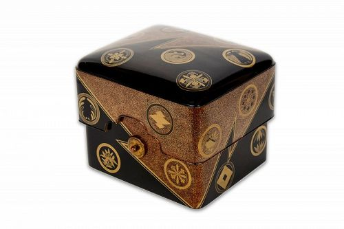 Japanese lacquer cosmetic box (tebako) with family crests (mon)
