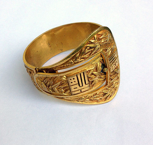 French 1930�s Déco gilt brass hinged bangle