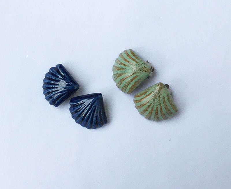 Two pairs of 1940-50�s ceramic clip earrings, small scallop shells