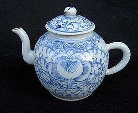 Blue and white Chinese teapot, Jiaqing, early 19th c