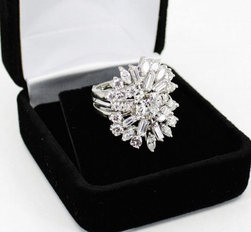 Diamond engagement ring in 14k gold. Solitaire diamond with jacket