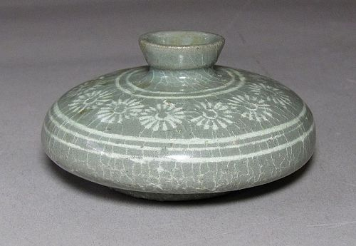 A Fine Korean White Slip Inlaid with Chrysanthemums Oil Bottle-13th C.