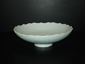 Yuan white shufu large bowl with dragon motif