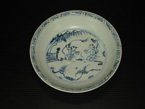 Early Ming blue and white soucer dish, infant motif