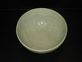 Rare early Ming longquan celadon bowl with human motif
