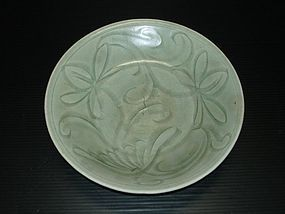 Song yuan longquan celadon carved flower dish