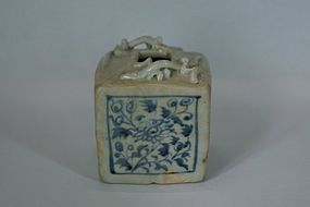 Yuan blue and white dragon square jar