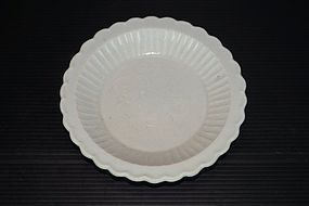 Fine northern Song Ding ware flower shape dish