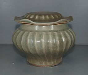 Song dynasty longquan celadon large ribbed jar
