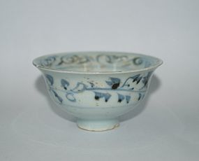 Rare Yuan dynasty blue and white cup with flower motif