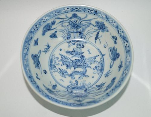 Rare Ming dynasty 15th century blue and white flying dragon bowl