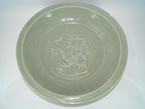 Unusual Yuan longquan plate with left faced Dragon motif