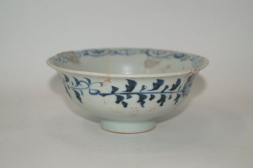 Rare Yuan dynasty blue and white large bowl with anhua flower