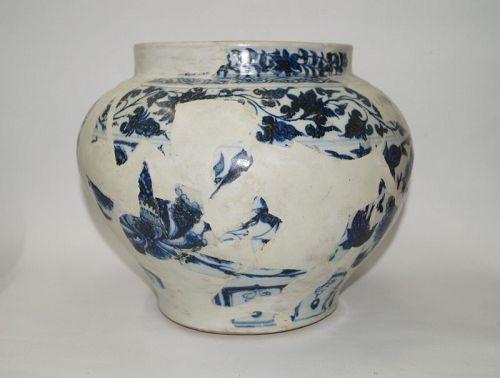 Rare Yuan dynasty blue and white large Guan jar