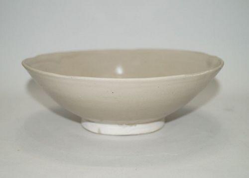 Tang - Five dynasties Ding white glaze large flower shape rim bowl