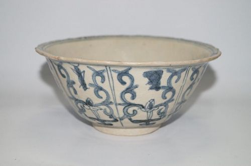 Late Ming blue and white large lobbed bowl